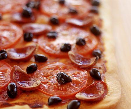Tomaten-Pizza mit Salami vom Blech
