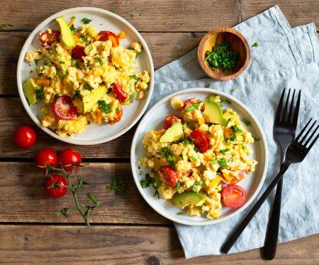 Tomaten-Rührei mit Avocado und Käse