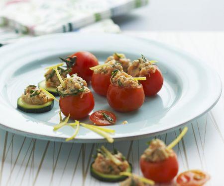 Tomaten- und Gurkenhäppchen mit Lachstatar