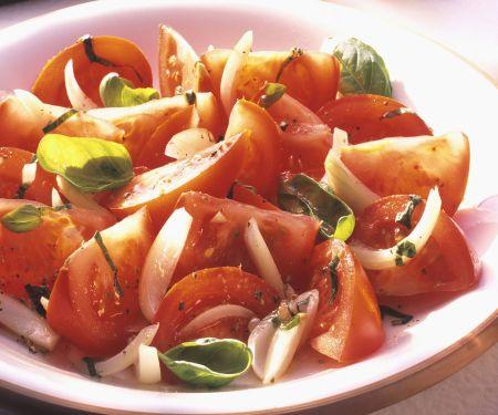 Tomaten-Zwiebel-Salat mit Basilikum