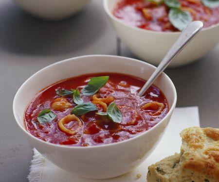 Tomatensuppe mit Käse dazu Kräuterbrot