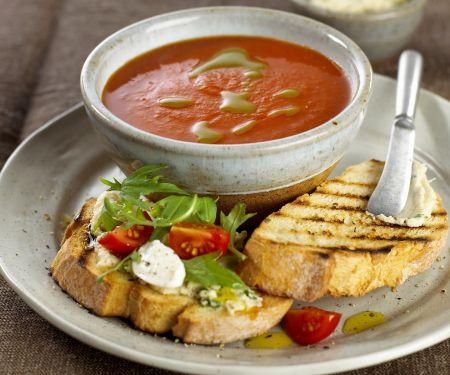Tomatensuppe mit Ricotta-Röstbrot