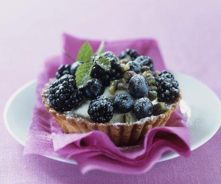 Tortelett mit schwarzen Beeren