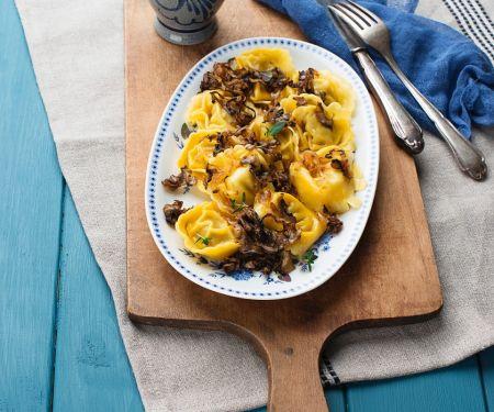 Tortellini mit Pilz-Zwiebel-Sauce