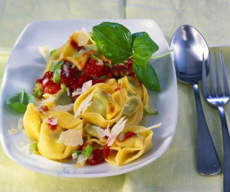 Tortellini mit Tomatensauce