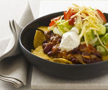Tortilla-Chips mit Bohnen, Sauerrahm, Käse und Tomaten