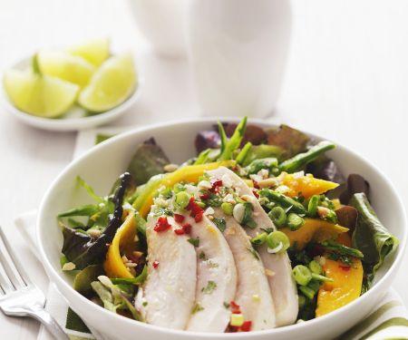 Tropischer Salat mit Hähnchen