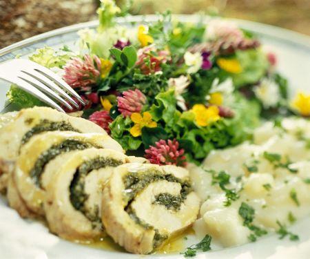 Truthahnroulade mit Kräuterfüllung und Wildkräutersalat