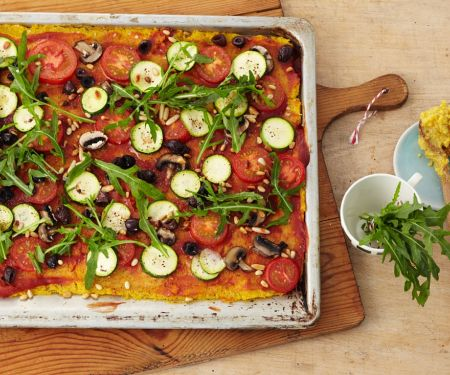 Vegane Polentapizza mit Zucchini, Pilzen, Oliven und Rucola