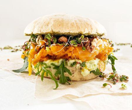 Veggie-Burger mit Avocado-Creme und Rucola