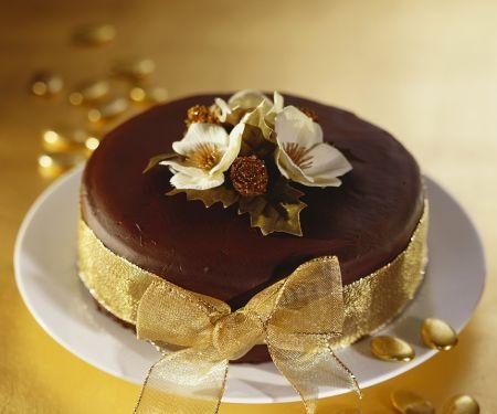Verzierter saftiger Schokoladenkuchen mit Rollfondant