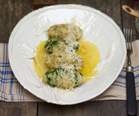 Vier Käse-Spinat-Klößchen mit zerlassener Butter