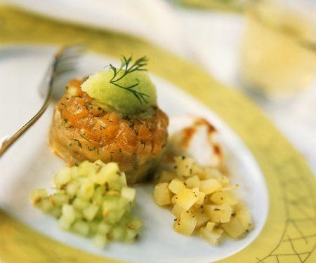 Vorspeise mit Lachs, Gurken und Kartoffeln