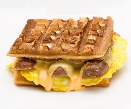Waffel-Sandwich mit Käse, Ei und Wurst