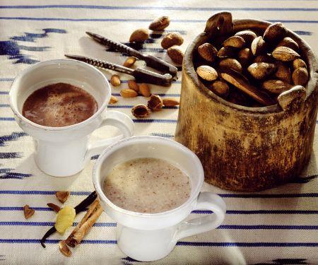Warmer Kakao und Mandelmilch
