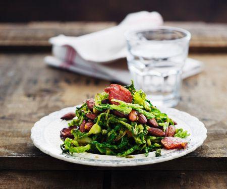 Warmer Wirsingsalat mit Mandeln und Wurst