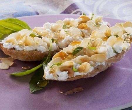 Weißbrot mit Ziegenfrischkäse, Mandeln und Honig