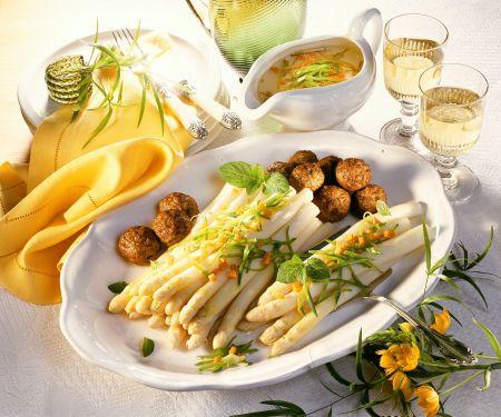 Weißer Spargel mit Fleischbällchen und Gemüsesteifen