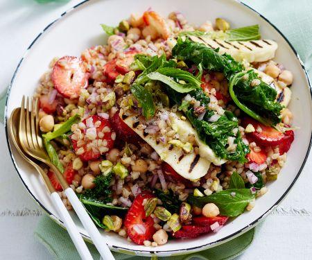 Weizen-Gemüse-Salat mit Halloumi und Erdbeeren