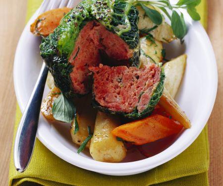 Wirsingpäckchen mit Hackfleisch und Schmorgemüse