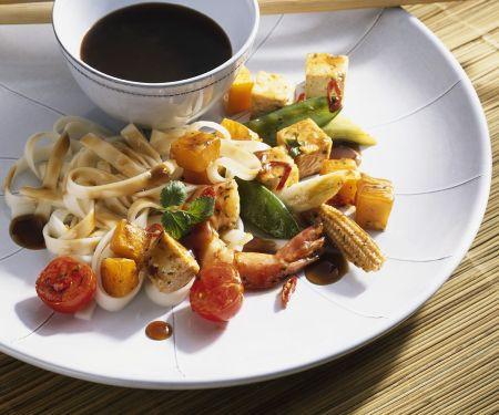 Wokgemüse mit Garnelen und Nudeln