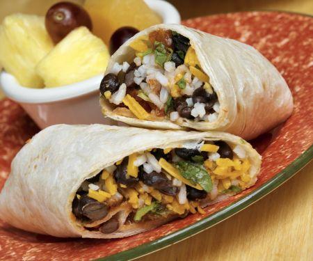 Wrap mit Käse, Reis und schwarzen Bohnen
