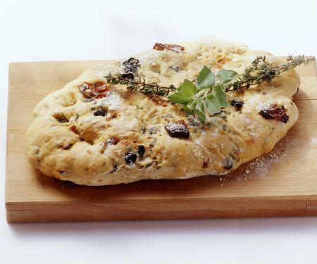 Würzige Focaccia mit Oliven und getrockneten Tomaten