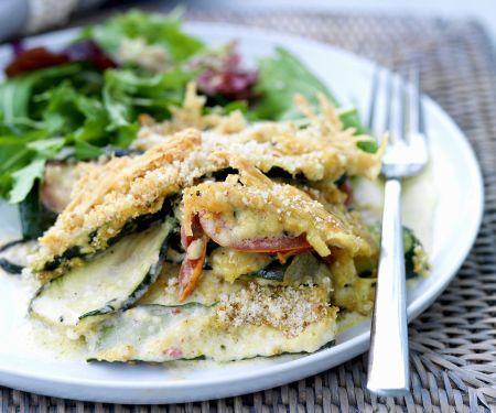 Zucchiniauflauf mit Blattsalat