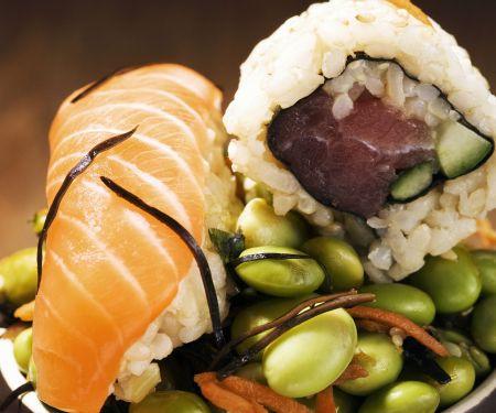 Zweierlei Sushi auf grünen Sojabohnen