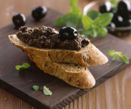 Zwiebelbaguette mit Olivenaufstrich