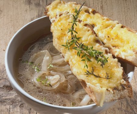 Zwiebelsuppe mit Bier dazu Käsebrote