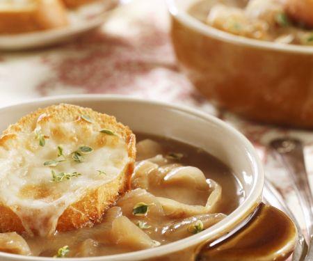 Zwiebelsuppe mit überbackenem Käsebrot