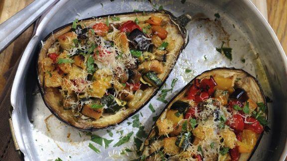 Rezept: Auberginen mit Gemüse-Croutons-Füllung