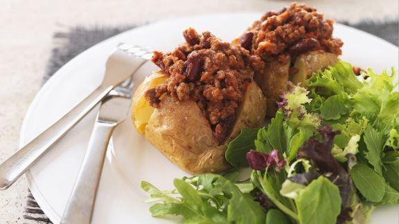 Rezept: Gebackene Kartoffel mit Chili con Carne und grünem Salat