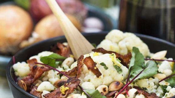 Rezept: Blumenkohl-Speck-Salat mit Mangold und Mandeln