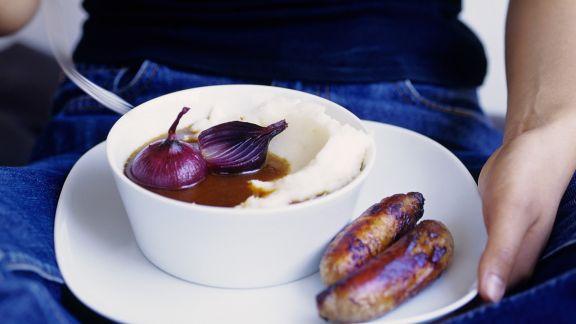 Rezept: Bratwurst mit Kartoffelpüree und Zwiebelsoße