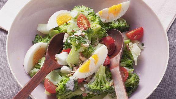 Rezept: Brokkoli-Eier-Salat mit Nuss-Joghurt-Dressing