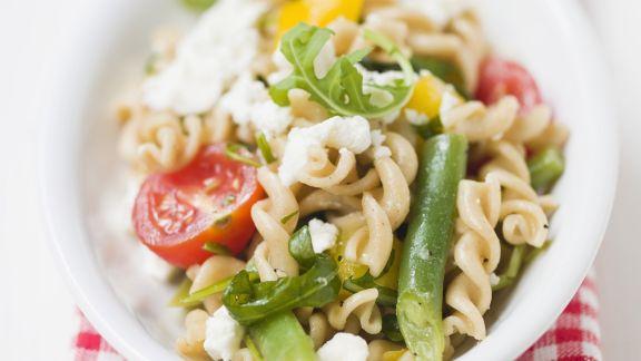 Rezept: Bunter Nudelsalat mit Bohnen, Tomaten und Feta