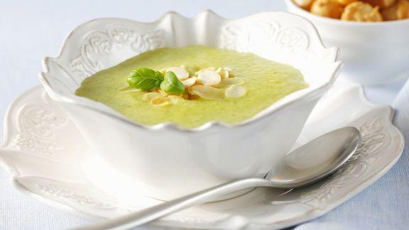 Rezept: Cremige Zucchinisuppe mit Mandelblättchen und Basilikum