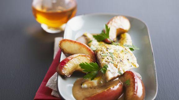 Rezept: Goldbrasse mit Apfelspalten und Apfelweinsoße