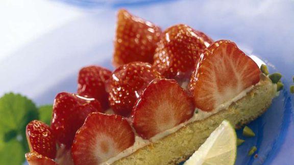 Rezept: Stück Erdbeertorte mit Biskuitboden und Limettencreme