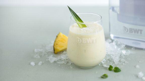 exotischer smoothie mit ananas und kokosflocken rezept eat smarter. Black Bedroom Furniture Sets. Home Design Ideas