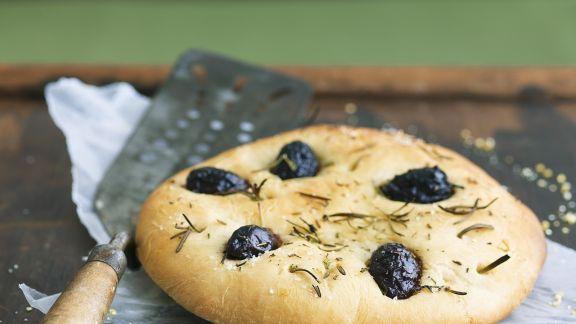 Rezept: Fladenbrot mit Oliven und Rosmarin (Focaccia)