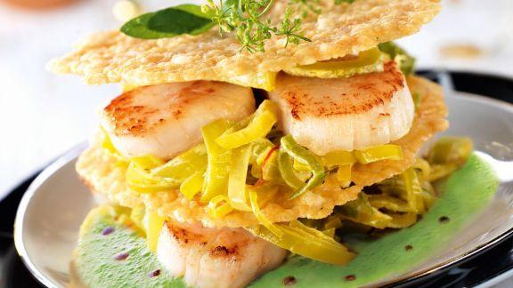 Rezept: Gebratene Jakobsmuscheln mit Parmesanplätzchen