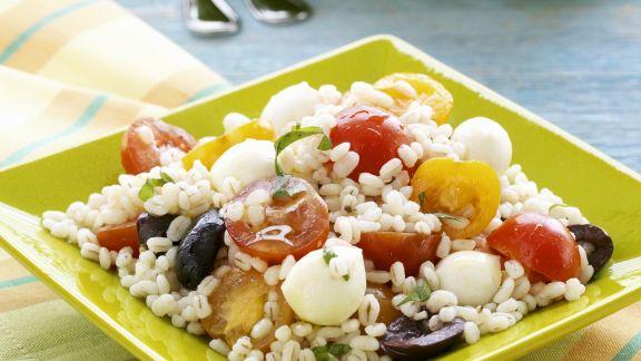 Rezept: Getreidesalat mit Oliven, Kirschtomaten und Mozzarella
