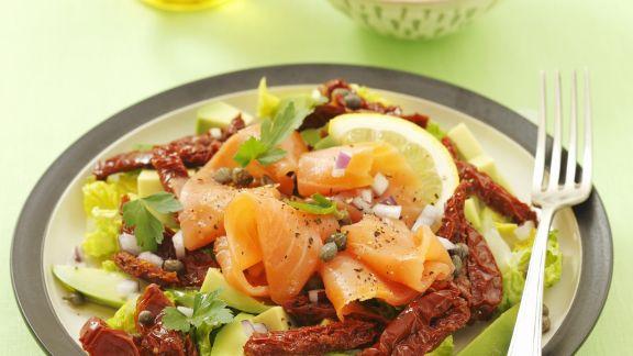 Rezept: Blattsalat mit getrockneten Tomaten, geräuchertem Lachs und Avocado