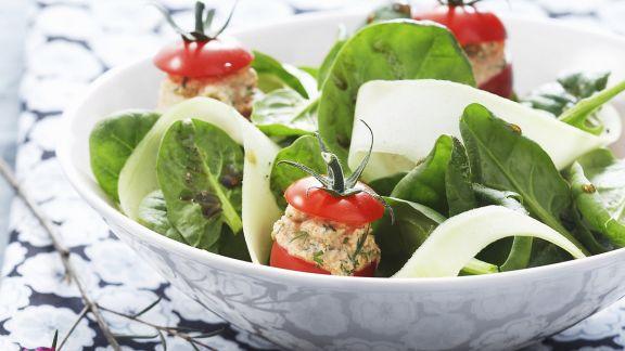 Rezept: Gurken-Spinat-Salat mit gefüllten Tomaten