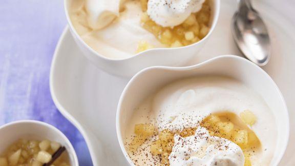 Rezept: Cappuccino-Eis mit Apfelkompott und Mandelsahne