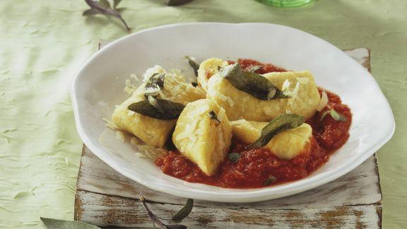 Rezept: Wickelklöße mit Tomaten-Salbei-Sugo und Parmesan