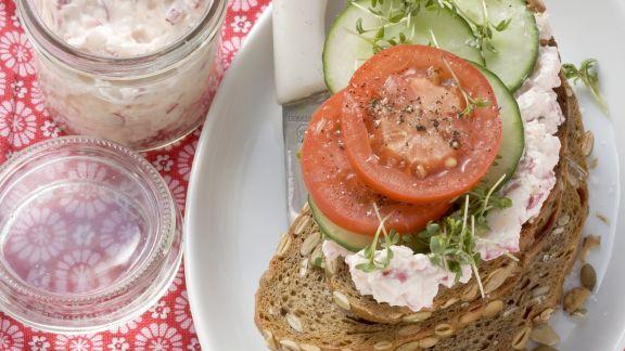 Rezept: Körniges Brot mit Frischkäse, Tomaten und Gurke